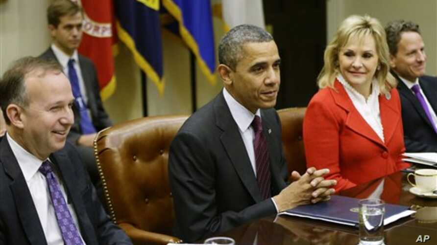 President Barack Obama, flanked by National Governors Association Chairman, Delaware Governor Jack Martell, and NGA Vice Chair, Oklahoma Governor Mary Fallin, with Tim Geithner (R), meets with the NGA executive committee regarding the fiscal cliff, i