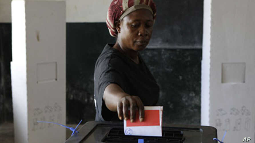 A woman casts her vote for president at a polling station in the Paynesville neighborhood of Monrovia, Liberia, November 8, 2011.