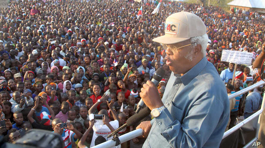Edward Lowassa, presidential candidate of Tanzania's opposition party CHADEMA -- a coalition of four opposition political parties, popularly known in Swahili as UKAWA -- holds a campaign rally for the October 25 election in Manyara, Tanzania, Sept. 2