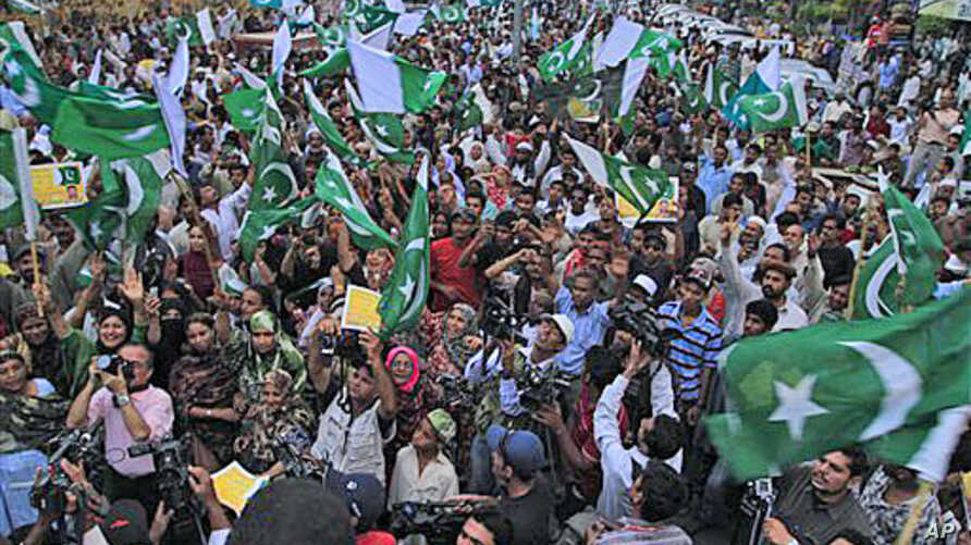 Supporters of Pakistan's ruling People's Party rally to condemn NATO strikes on Pakistan troops, in Karachi, Pakistan, November 30, 2011.