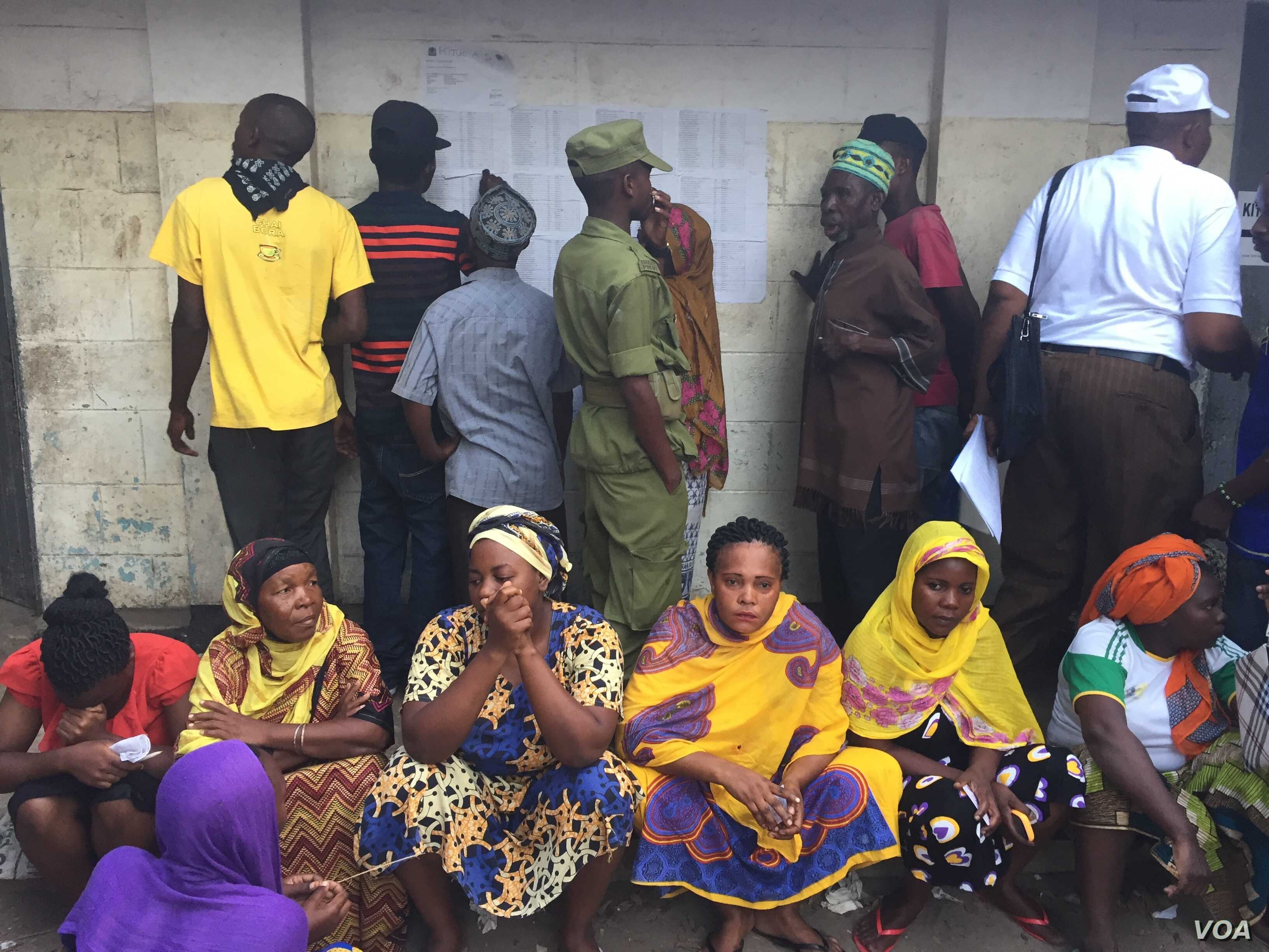 Tanzanians wait before the polls open for their turn to vote in the general election, Kinondoni, Dar es Salaam, Tanzania, Oct. 25, 2015.