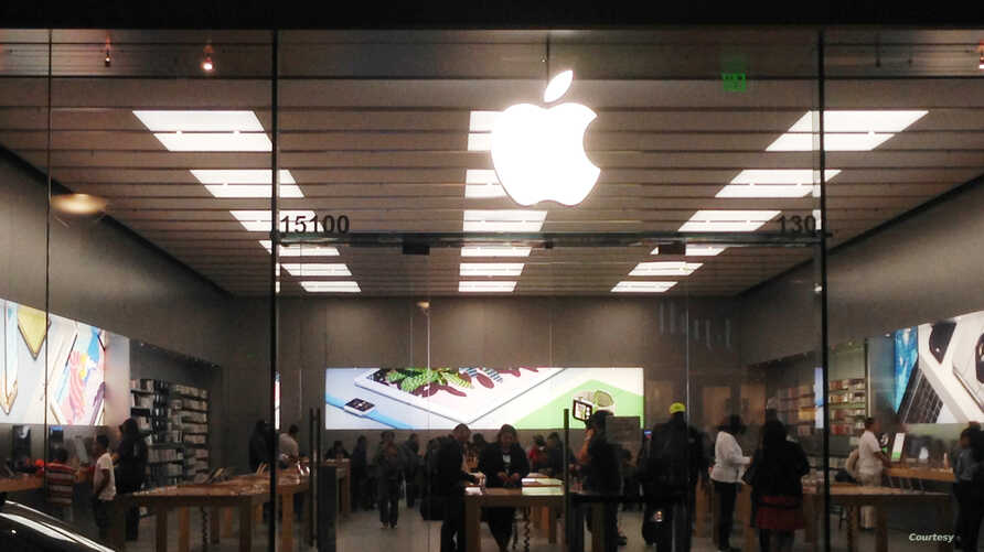 Apple iPhone: Customers check new Apple smartphones and watches at an Apple store in Woodbridge, northern Virginia, March 11, 2016. (photo: Diaa Bekheet/VOA)