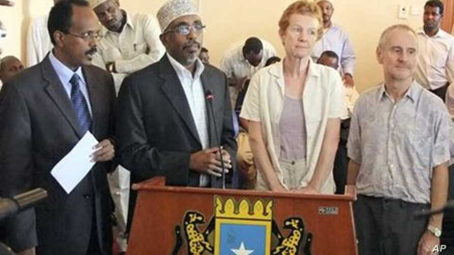 British couple Paul and Rachel Chandler who were released by the Somali pirates speak during a press conference at the presidential palace in Mogadishu Somalia, 14 Nov 2010, accompanied by Somali prime minister Mohamed Abdulahi Mohamed, left and Parl