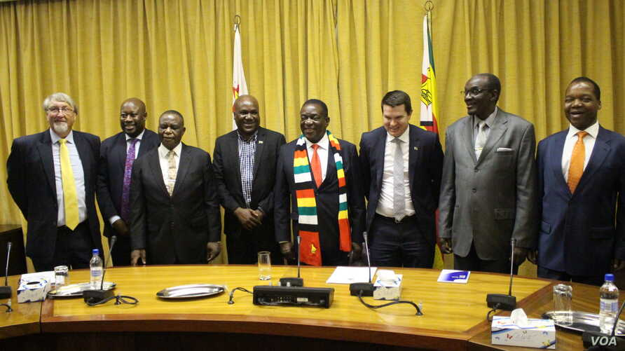 Zimbabwean President Emmerson Mnangagwa, his cabinet members and officials of Invictus Energy are pictured Nov. 1, 2018, after announcing the discovery of oil and gas deposits on Zimbabwe's border with Mozambique (C. Mavhunga/VOA)