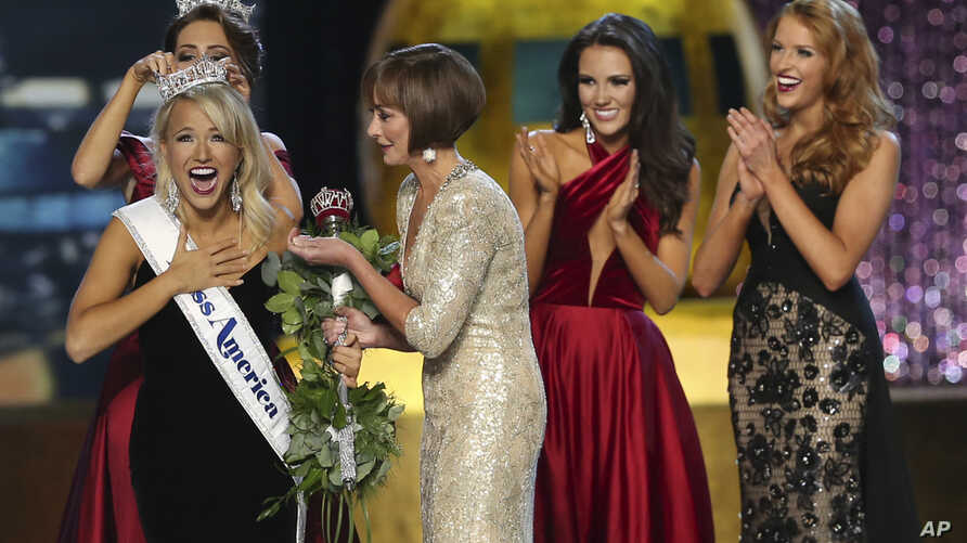 The outgoing Miss America, Betty Cantrell, back left, crowns the Miss America winner Miss Arkansas Savvy Shields, while Lynn Weidner, third right, assists, as Miss Maryland Hannah Brewer, second right, and Miss Texas 2016 Caroline Carothers, look on