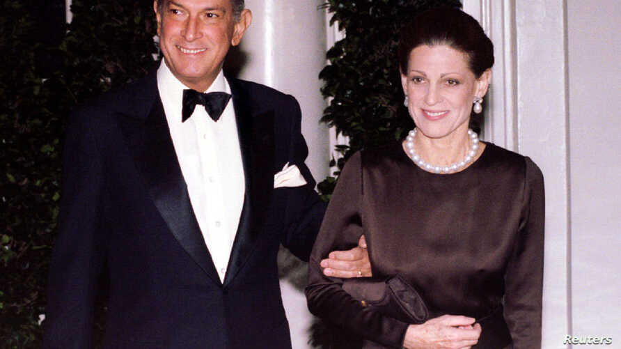 Fashion designer Oscar de la Renta and his  wife Annette arrive at the White House for the state dinner in honor of French  president Jacques-Chirac February 1 - RTXG9AZ