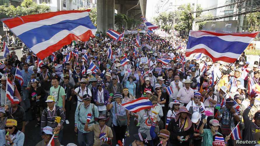 Anti-government protesters march in a rally in central Bangkok, Jan. 15, 2014.