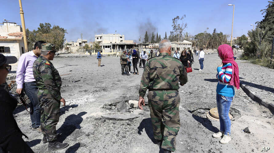 Syrian soldiers explain the military operation to clear Palmyra to journalists, in the ancient city of Palmyra in the central city of Homs, Syria, April 1, 2016. Syrian forces announced Sunday they retook the town of Qaryatain from Islamic State figh
