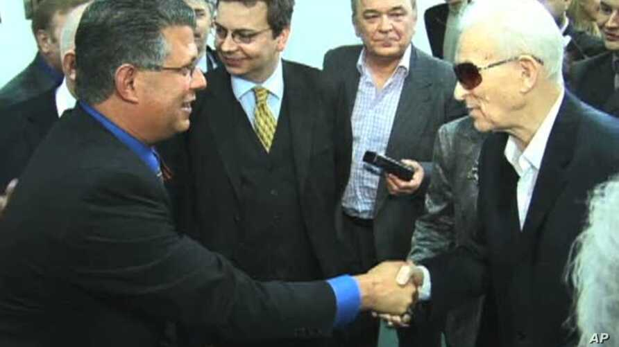 Francis Gary Powers Jr. (left) meets Karl Alperovich, who was a co-designer of the missile that shot down the US U2 spy plane Power's father flew over the Soviet Union in 1960