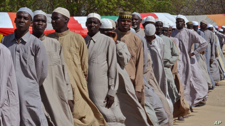 Men who were being detained on suspicion of affiliation to Boko Haram, line up as they are released by the Nigerian military in Maiduguri, Nigeria, July 6, 2015