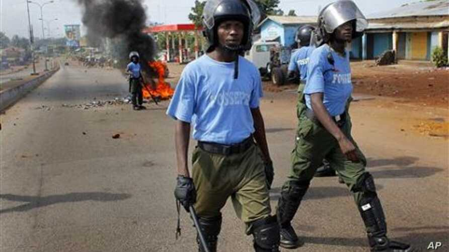 Guinean police face off supporters of UFDG presidential candidate Cellou Dalein Diallo in the streets of Conakry, Guinea, 15 Nov 2010