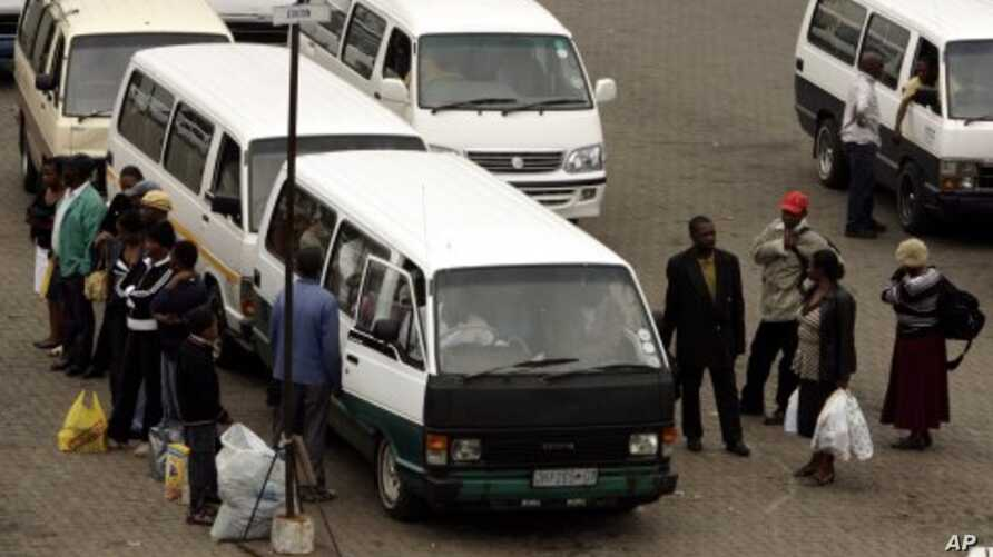 Customers wait to board a taxi outside the Baragwanath mall in Soweto south west of Johannesburg. (File Photo)