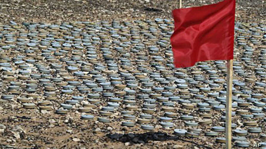 A red flag, a sign of danger, is placed by landmines removed by the Libyan army to be destroyed later, during an operation to clear a landmine field near the coastal and border city of Tubruq, Libya, June 7, 2008 (file photo)