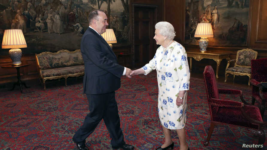 Britain's Queen Elizabeth meets with Scotland's First Minister Alex Salmond at the Palace of Holyroodhouse in Edinburgh, Scotland July 1, 2014.