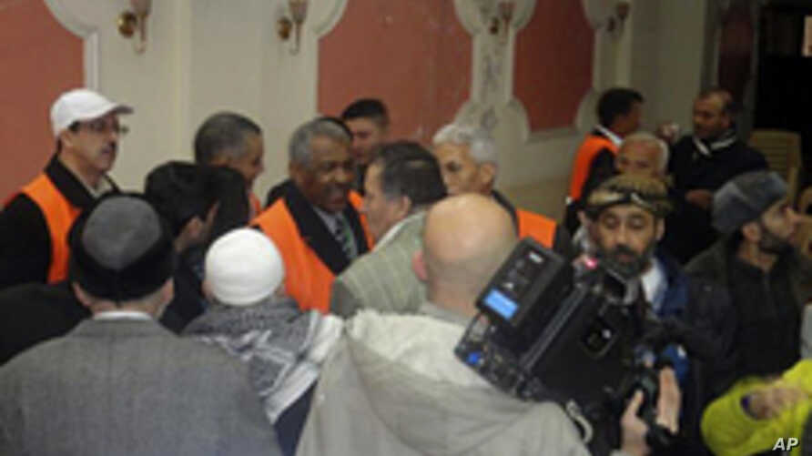 Arab League observers (orange vests) talk to people during a visit to Zabadani, near Damasus, Syria, January 21, 2012.