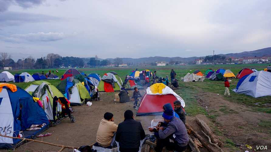 Sunset approaches on the Greek-Macedonian border Friday and refugees -- mostly Syrian and Iraqis -- prepare for another night waiting to see if the border will be reopened. (J. Dettmer/VOA)