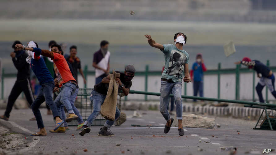Kashmiri Muslim protesters throw stones at Indian troops in Srinagar, Indian-controlled Kashmir, July 12, 2016. Violence erupted following the Friday killing of rebel commander Burhan Wani.