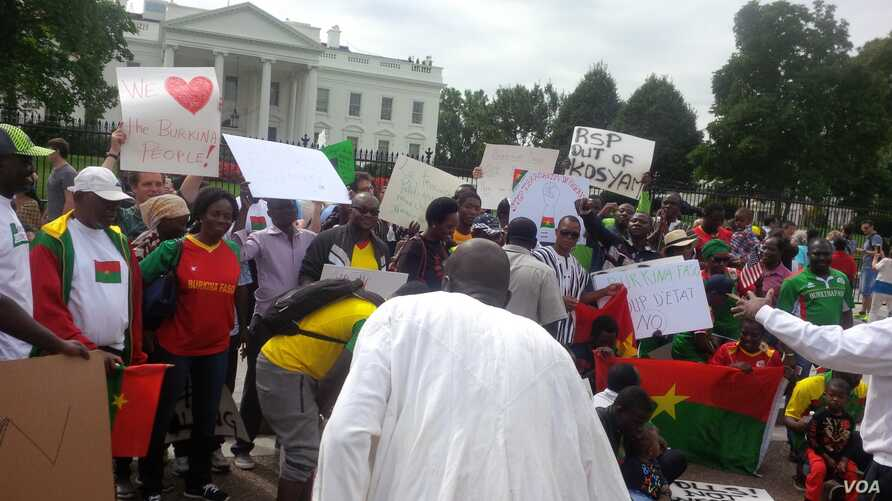Washington-based Burkina Faso citizens and friends of Burkina Faso demonstrate in front of the White House, Sept. 20, 2015.