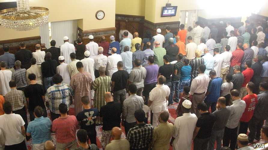 Men gather for prayer on the first day of Ramadan at the Dar Al-Hijrah Islamic Center in Falls Church, Virginia. (VOA/J. Taboh)