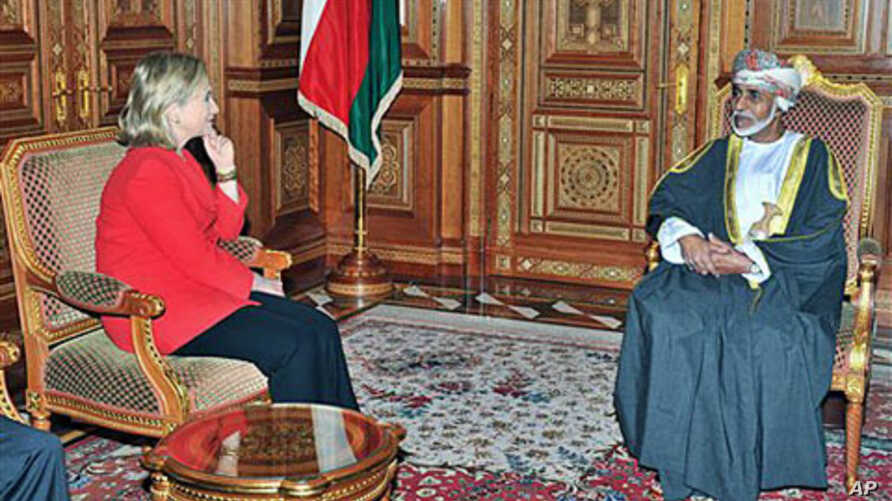 Oman leader Sultan Qaboos meets US Secretary of State Hillary Clinton in Muscat, Oman, January 12, 2011 (file photo)