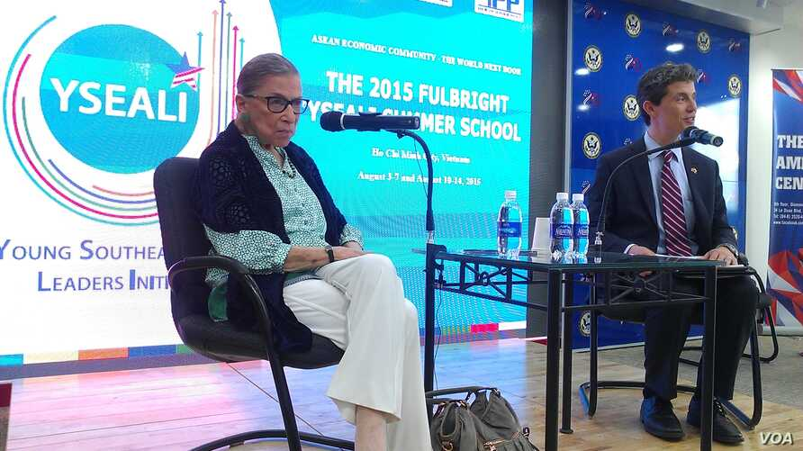 US Supreme Court Justice Ruth Bader Ginsburg speaks with members of the Young Southeast Asian Leaders Initiative in Ho Chi Minh City Aug.12, 2015.