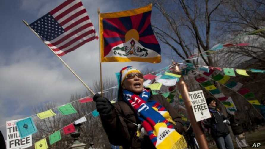 A Free Tibet supporter protests outside the White House in Washington in view of the upcoming visit of Chinese Vice President Xi Jinping, the country's likely next ruler, to White House, February 12, 2012.