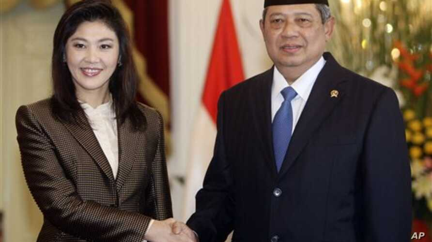 Indonesia's President Susilo Bambang Yudhoyono, right, shakes hands with Thailand's Prime Minister Yingluck Shinawatra , left,  before a meeting at Merdeka Palace in Jakarta, Indonesia, September 12, 2011.