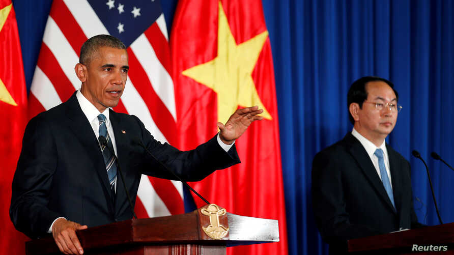 U.S. President Barack Obama (L) attends a press conference with Vietnam's President Tran Dai Quang at the Presidential Palace Compound in Hanoi, Vietnam, May 23, 2016.