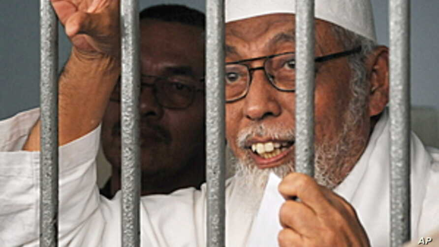 Indonesian radical cleric Abu Bakar Bashir speaks to journalists from a holding cell at the Jakarta court. (File)