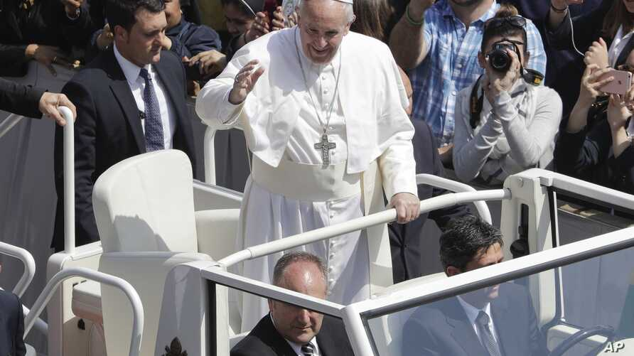 Pope Francis waves to the crowd after celebrating Easter Sunday Mass, in St. Peter's Square, at the Vatican, April 16, 2017.