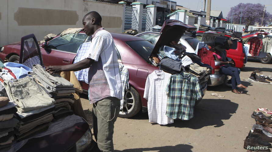 Hawkers sell goods on the streets of Zimbabwe's capital Harare, Sept.17, 2015.