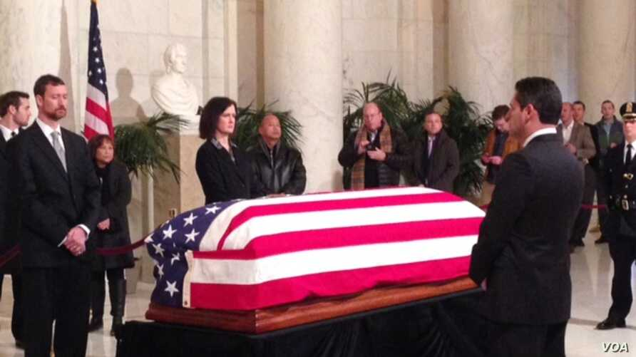 Members of the public walk past Justice Antonin Scalia's flag-draped coffin inside the Great Hall of the US Supreme Court in Washington, February 19, 2016. (M.Snowiss/VOA)