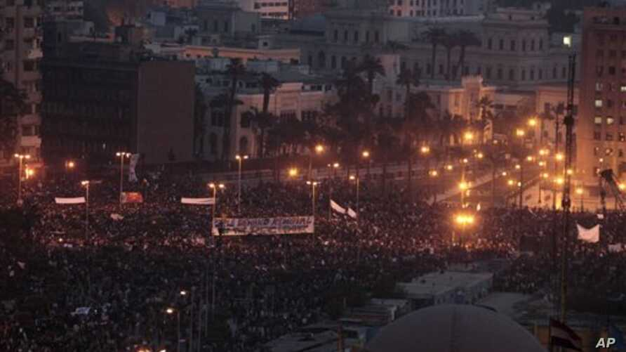 A crowd remains late in the afternoon in Tahrir Square in Cairo, Egypt, Feb 1, 2011