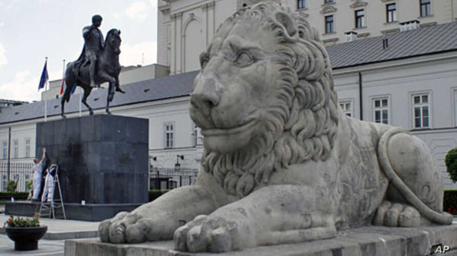 For the third day workers clean an equestrian monument to Prince Jozef Poniatowski, a general who fought for Poland's independence in 18th and 19th century, in front of the Presidential Palace in Warsaw, May 25, 2011
