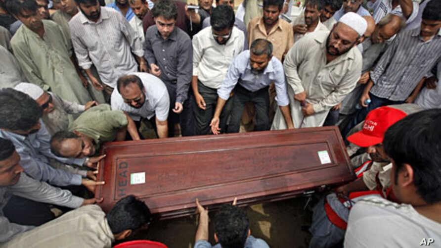 Relatives and colleague carry the casket of Pakistani journalist Saleem Shahzad for burial at a graveyard after funeral prayers in Karachi, June 1, 2011.