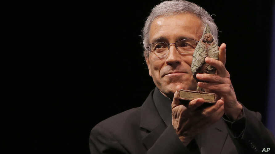 FILE - Father Francisco de Roux from Magdalena Medio region in Colombia receives The Fondation Chirac Prize for Conflict Prevention during a ceremony at Quai Branly Museum in Paris, Nov. 22, 2012.