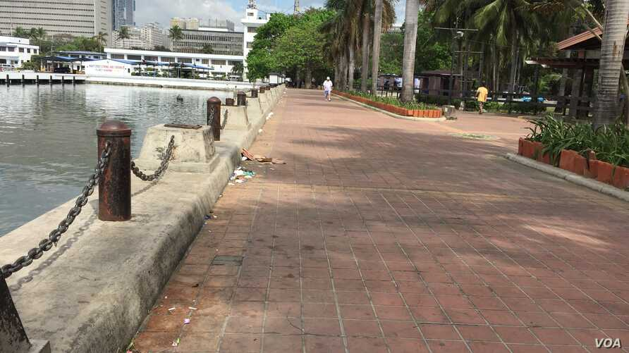 A walkway along Manila Bay, blocks from the main APEC venue. Police told everyone who fishes there to be gone by Sunday evening, Manila, Philippines, Nov. 15, 2015. (S. Orendain/VOA)