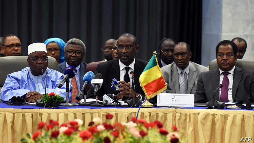 Malian Foreign Minister Abdoulaye Diop (C) chairs a meeting on peace talks, attended by Mali's various warring factions for the first time since an interim agreement in June 2013, on July 16, 2014 in the Algerian capital Algiers.