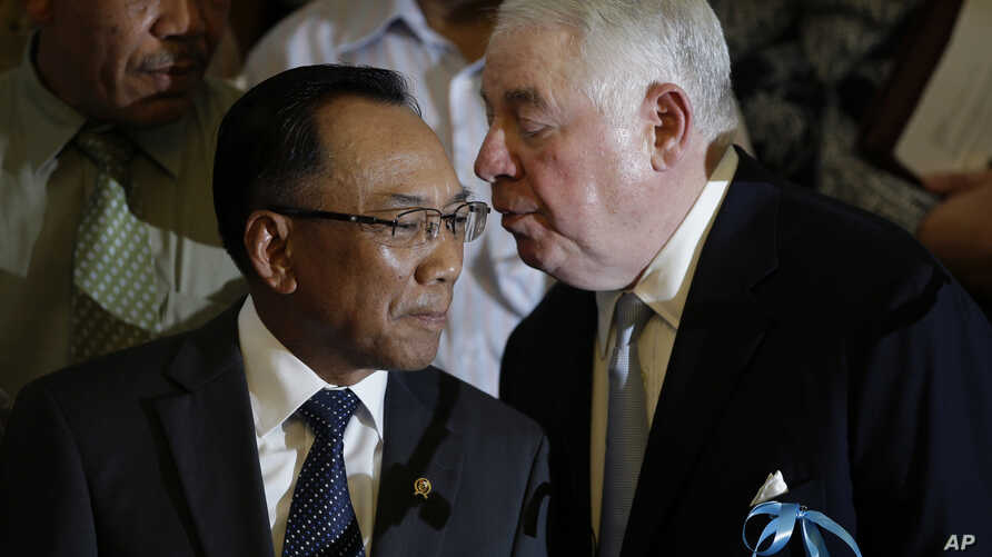 Freeport-McMoRan Copper & Gold Inc. CEO Richard Adkerson (R) confers with Indonesian Energy and Mineral Resources Minister Jero Wacik during a press conference in Jakarta, Indonesia, May 22, 2013.