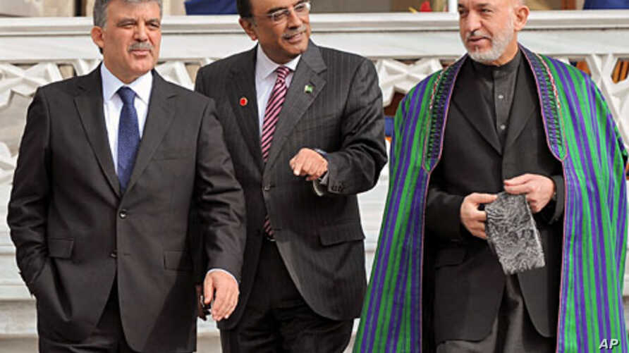 Turkish President Abdullah Gul (L), his Afghan counterpart Hamid Karzai,(R), and President Asif Ali Zardari of Pakistan walk after a meeting in Istanbul, Nov. 1, 2011