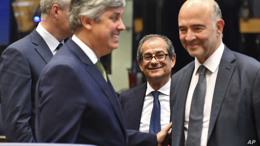 Italian Finance Minister Giovanni Tria (C) attends a round table meeting of eurogroup finance ministers at the European Council building in Luxembourg, Oct. 1, 2018.