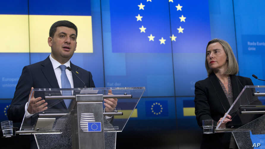 Prime Minister of Ukraine Volodymyr Groysman, left, and European Union foreign policy chief Federica Mogherini participate in a media conference at the European Council building in Brussels, Monday, Dec. 17, 2018.