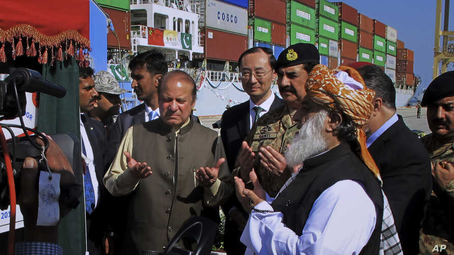Pakistan China: Pakistan's Prime Minister Nawaz Sharif, center left, and Army Chief General Raheel Sharif, fourth right, pray after inaugurating a new international trade route during a ceremony at Gwadar port, about 435 miles, 700 km, west of Karach