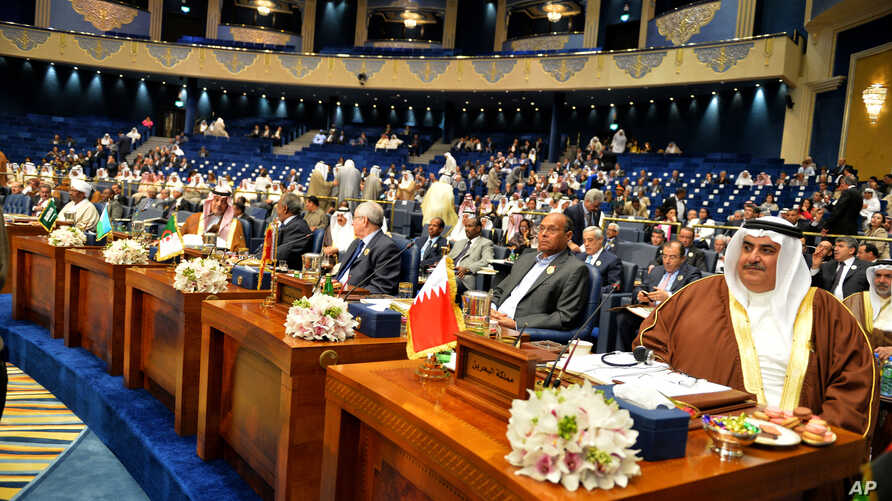 Dignitaries attend the closing session of the Arab League Summit at Bayan Palace, Kuwait, March 26, 2014.