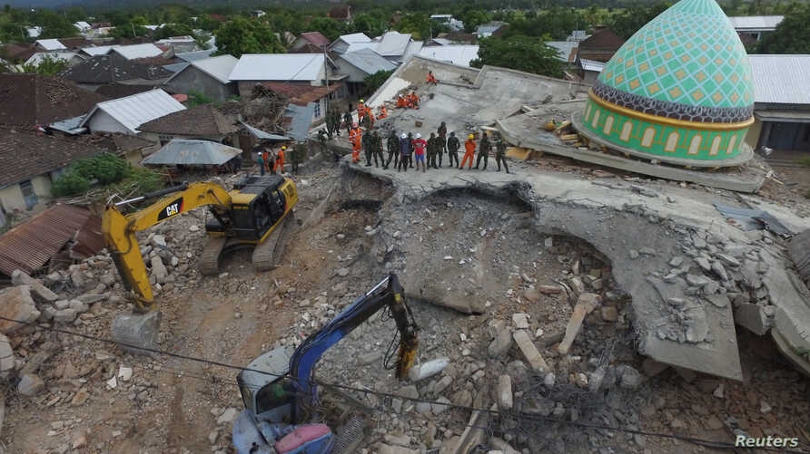 An aerial view of the collapsed Jamiul Jamaah mosque where rescue workers and soldiers search for earthquake victims in Pemenang, North Lombok, Indonesia, Aug. 8, 2018. Antara Foto/Zabur Karuru/ via REUTERS
