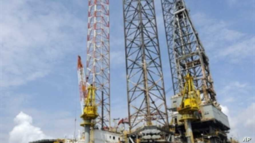 An oil rig for oil exploration is pictured at the Port of Takoradi, Ghana, December 4, 2008 (file photo)
