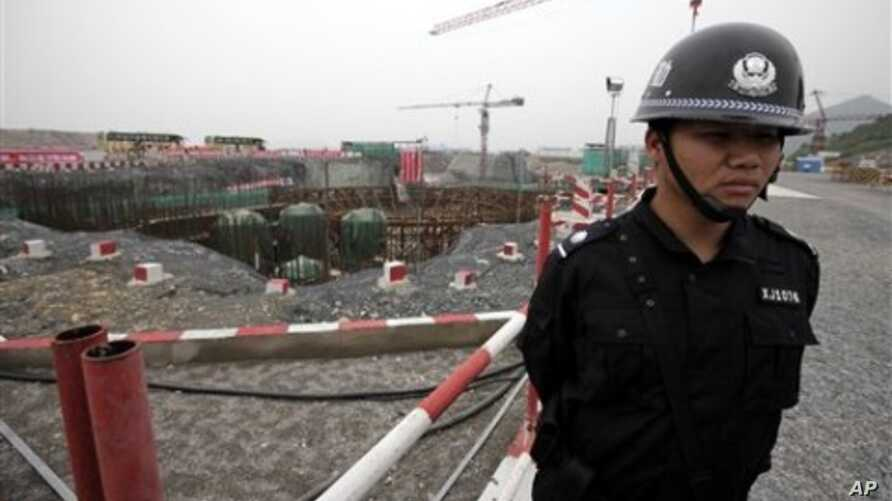 A special police officer stands guard at the construction site of the Sanmen Nuclear Power Plant in Sanmen, east China's Zhejiang Province (File Photo)