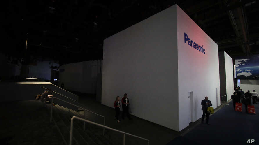 The central hall at the Las Vegas Convention Center is evacuated after a power outage during CES International in Las Vegas, Jan. 10, 2018.