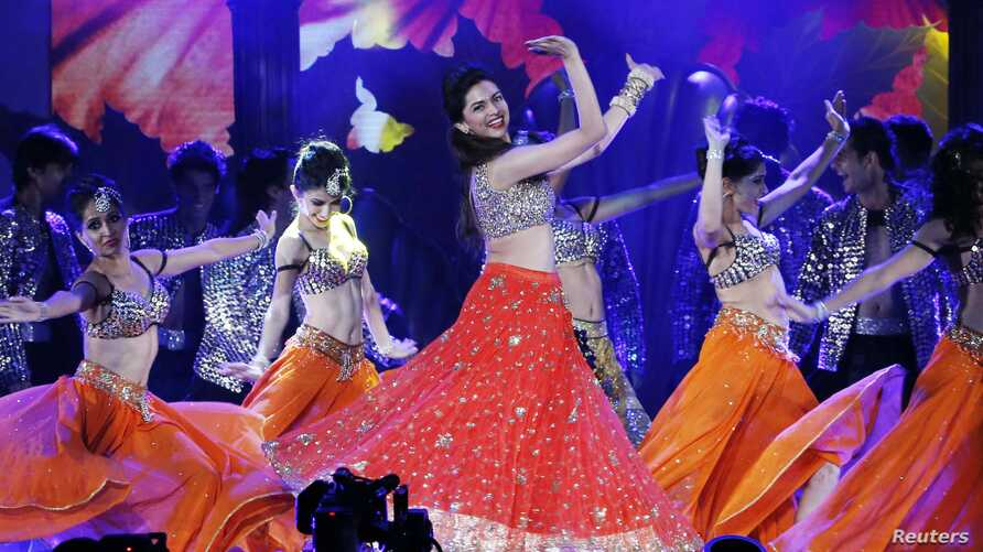 Bollywood actress Deepika Padukone performs during the 15th International Indian Film Academy Awards in Tampa, Florida, April 26, 2014. Picture taken April 26, 2014.  REUTERS/Mohammed Jaffer-SnapsIndia (UNITED STATES - Tags: ENTERTAINMENT) - RTR3MU0V