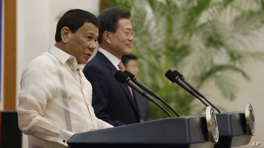 Philippine President Rodrigo Duterte (L) speaks with South Korean President Moon Jae-in during a joint press conference after their meeting at the presidential Blue House in Seoul, South Korea, June 4, 2018.
